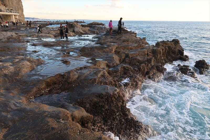 岩棚の荒々しい波