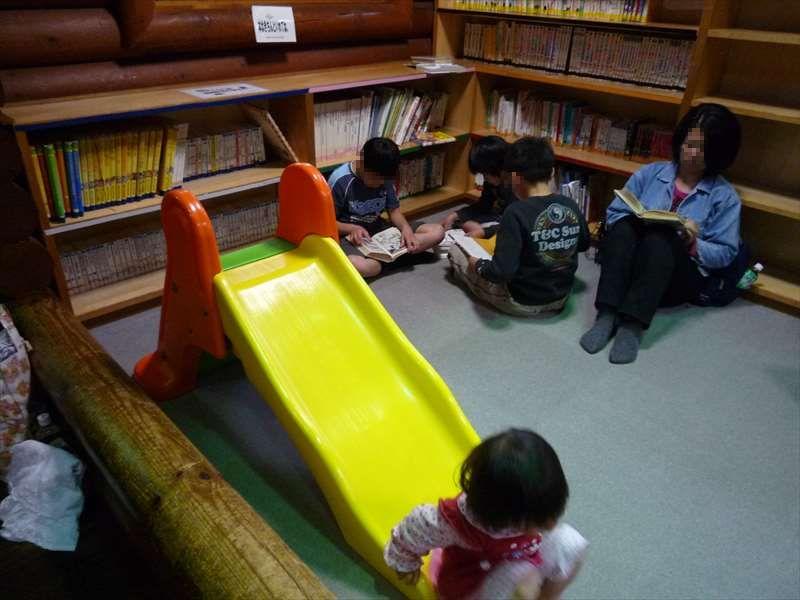 図書コーナーと幼児向け滑り台